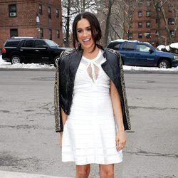 Meghan Markle con una chaqueta sobre los hombros en la New York Fashion Week 2014