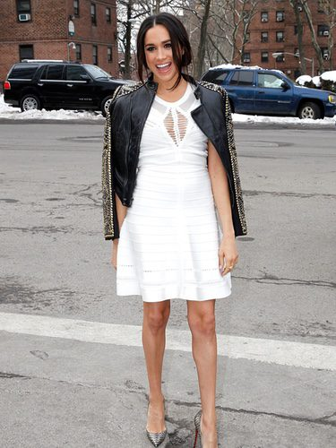 Meghan Markle con una chaqueta sobre los hombros en la New York Fashion Week 2014