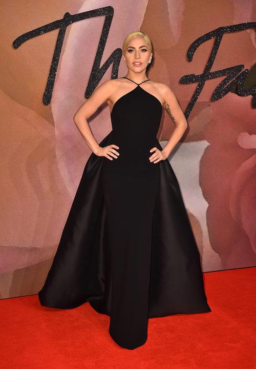Lady Gaga con un vestido recto en los British Fashion Awards 2016