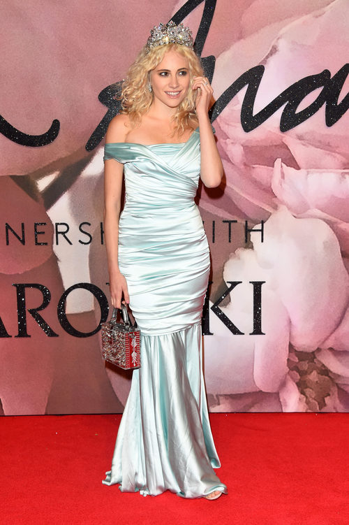 Pixie Lott con un vestido de corte sirena en los British Fashion Awards 2016