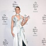 Gigi Hadid con un diseño asimétrico en los British Fashion Awards 2016