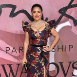 Salma Hayek con un vestido floral en los British Fashion Awards 2016