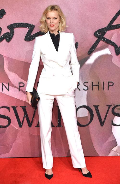 Eva Herzigová con un traje de chaqueta en los British Fashion Awards 2016