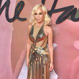Donatella Versace con un vestido dorado en los British Fashion Awards 2016