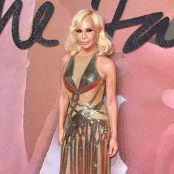 Donatella Versace con un vestido dorado en los British Fashion Awards 2016