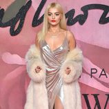 Bebe Rexha con un vestido plateado en los British Fashion Awards 2016