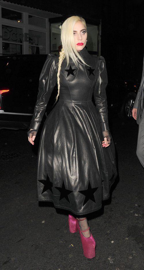 Lady Gaga con un vestido de cuero en las calles de Londres
