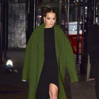 Rita Ora con un abrigo oversize en las calles de Nueva York