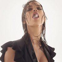 Irina Shayk posando muy sexy para Alberta Ferretti en su campaña Resort 2017