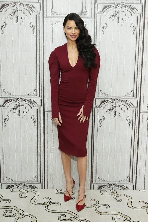 Adriana Lima con un total look burdeos en un programa de televisión en Nueva York
