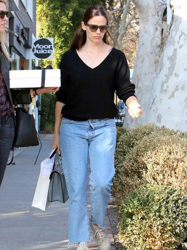 Jennifer Garner con unos vaqueros boyfriend por las calles de Los Ángeles