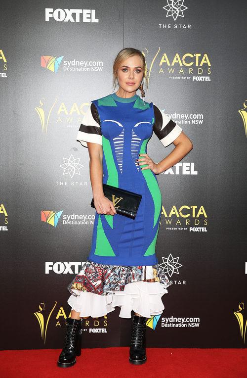 Jessica Marais con una combinación de tejidos en la sexta edición de los AACTA Awards, en Australia