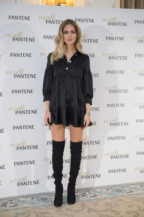 Chiara Ferragni con unas legging boots en su presentación como imagen de Pantene