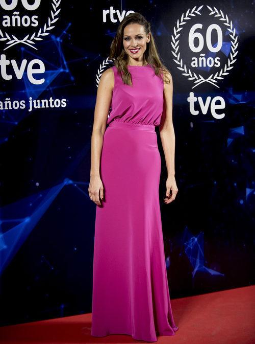 Eva González con un look rosa fucsia en el 60 Aniversario de TVE