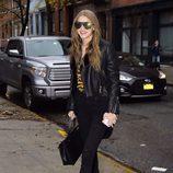 Gigi Hadid con un look rocky en las calles de Nueva York