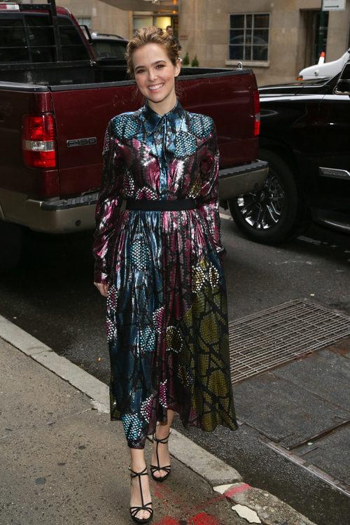 Zoey Deutch con un vestido brillante en las calles de Nueva York