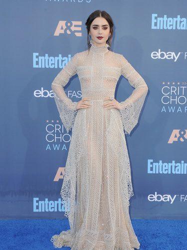 Lily Collins con un vestido de encaje blanco en los Critics' Choice Awards 2016