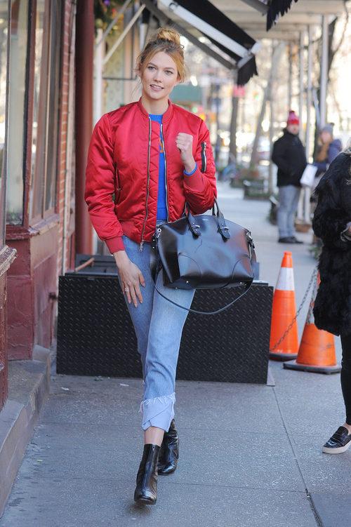 Karlie Kloss con una bomber rojo intenso de Unravel por las calles de Nueva York