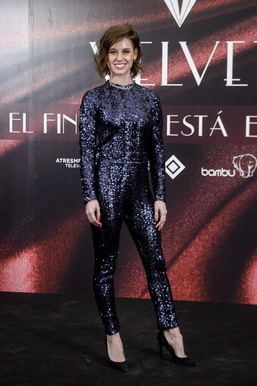 Manuela Vellés con un jumpsuit brillante en la fiesta del final de 'Velvet'