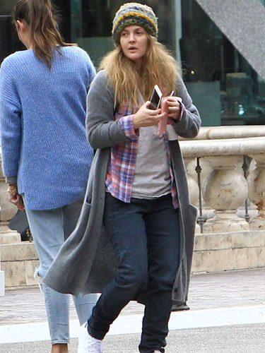 Drew Barrymore paseando por las calles de Los Ángeles