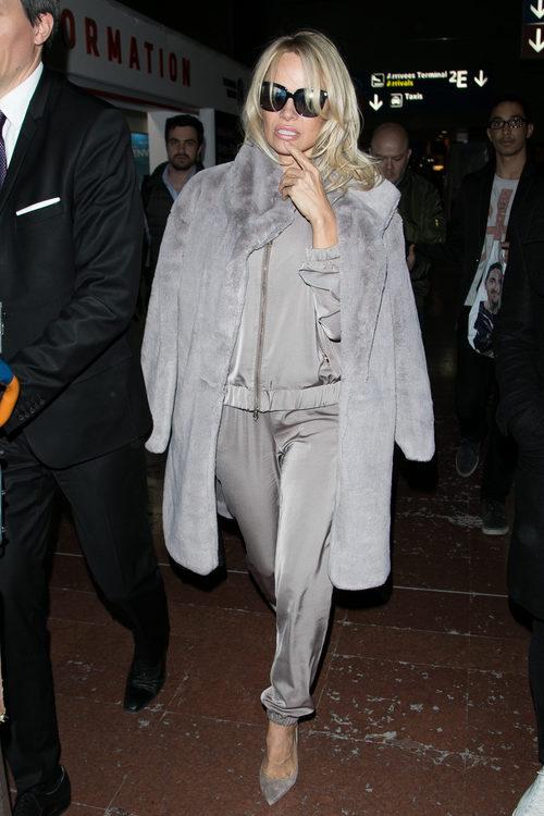 Pamela Anderson con un chándal gris por las calles de París