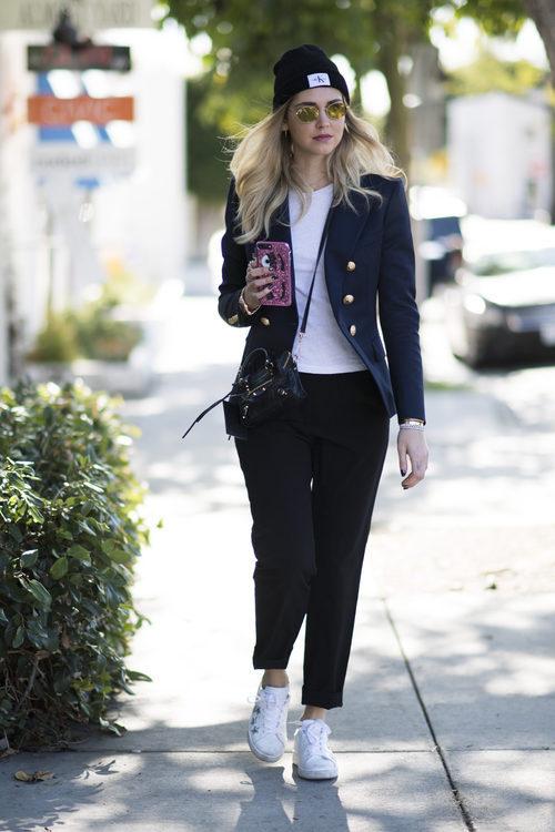Chiara Ferragni con un look cosmopolita por las calles de Los Ángeles