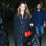 Jessica Alba con un look de seda en el aeropuerto de Los Ángeles