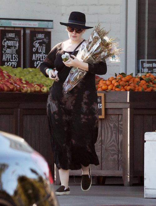 Adele con un vestido marrón en las calles de California