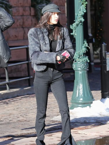 Bella Hadid con un look vintage por las calles de Aspen, Colorado
