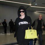 Khloe Kardashian con chándal oversize negro en Los Ángeles