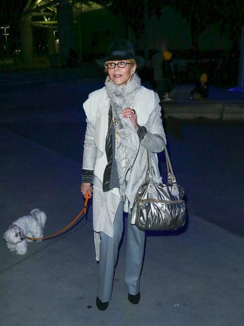 Jane Fonda con un total look gris paseando a su perro en Los Ángeles