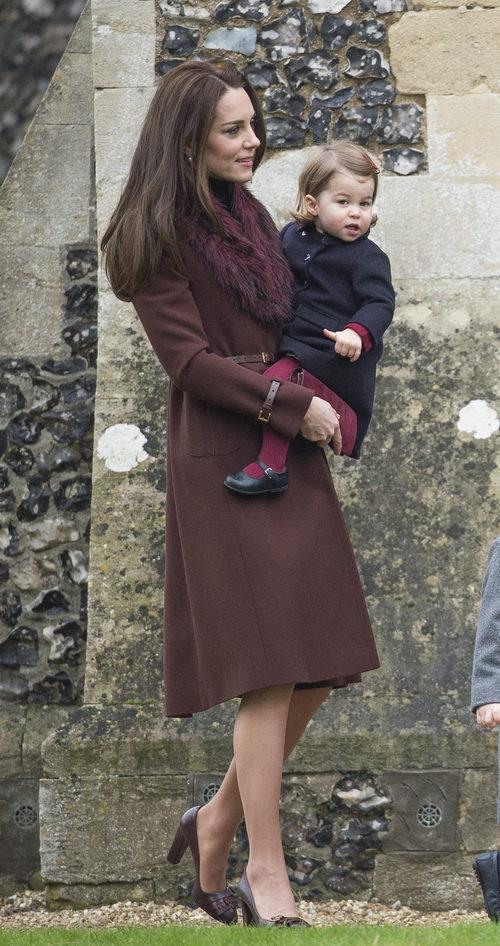 Kate Middleton con un abrigo marrón en la Misa de Navidad de la Familia Real Británica