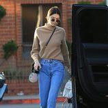 Kendall Jenner con unos jeans rectos en las calles de Beverly Hills