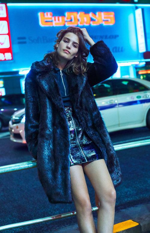 Alma Jodorowsky con un abrigo de pelo de Mango colección 'Journeys' invierno 2017