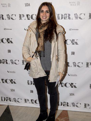 Elena Furiase con un abrigo beige en el estreno de la obra de teatro 'Drac Pack'