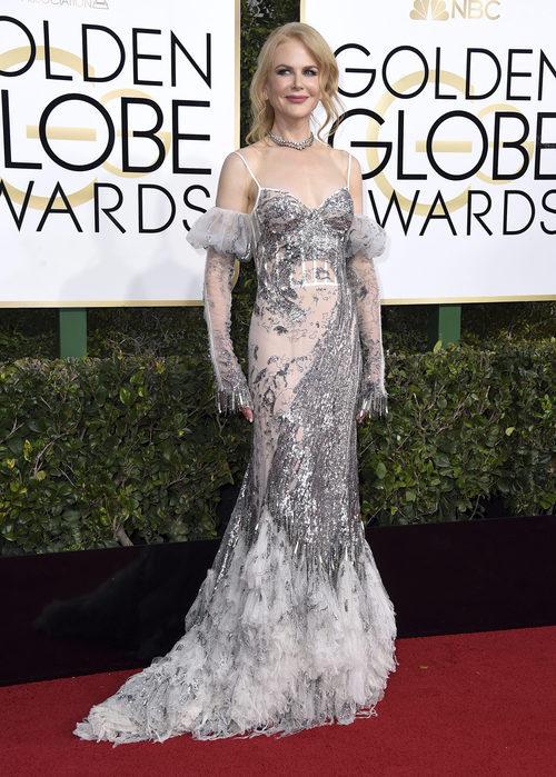 Nicole Kidman con un vestido de tul y plateado en los Globos de Oro 2017