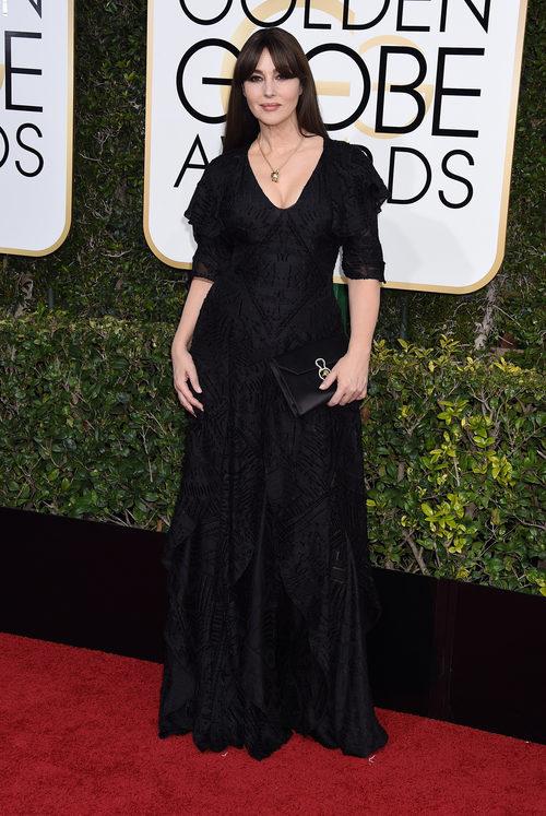 Monica Bellucci con un total black en los Globos de Oro 2017