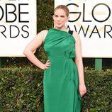 Anna Chlumsky con un vestido verde en los Globos de Oro 2017