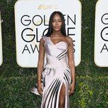Naomi Campbell con un vestido asimétrico en los Globos de Oro 2017