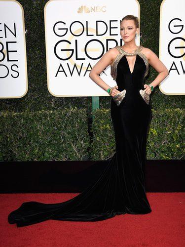 Blake Lively con un vestido de terciopelo en los Globos de Oro 2017