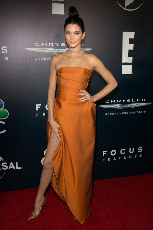 Kendall Jenner con un vestido naranja en la fiesta de NBC tras los Globos de Oro 2017