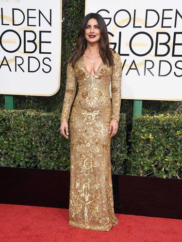 Priyanka Chopra con un vestido de Ralph Lauren en los Globos de Oro 2017