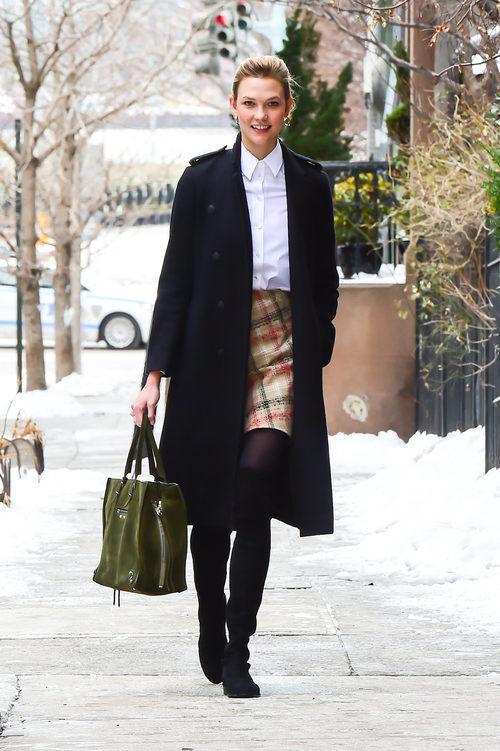 Karlie Kloss con una falda a cuadros en las calles de Nueva York