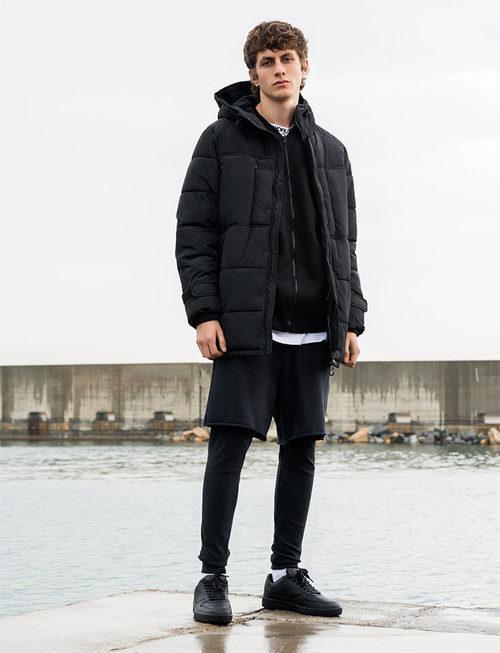 Abrigo acolchado de color negro de Pull&Bear invierno 2017