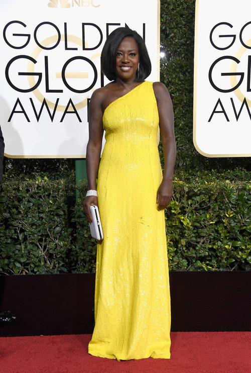 Viola Davis con un vestido amarillo en los Globos de Oro 2017