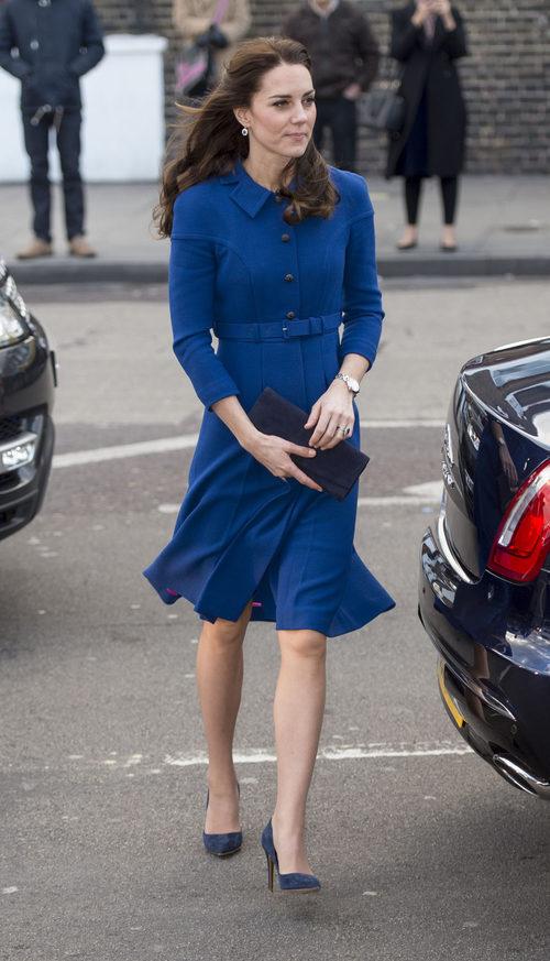 Kate Middleton con un look british volviendo al trabajo
