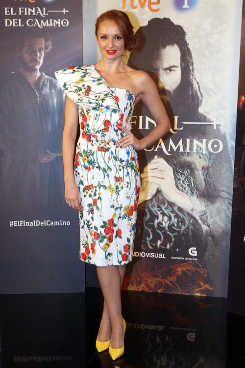 Cristina Castaño con un vestido floral en la presentación de la serie 'El final del camino'