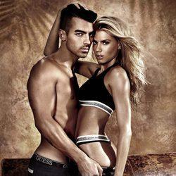 Joe Jonas y Charlotte McKinney en la campaña primavera/verano 2017 de Guess