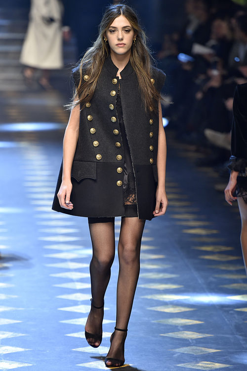 Sistine Stallone con un chaleco navy de Dolce & Gabbana otoño/invierno 2017/2018 en la Milán Fashion Week