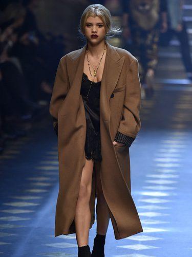 Sofía Richie con un abrigo de paño de Dolce & Gabbana otoño/invierno 2017/2018 en la Milán Fashion Week